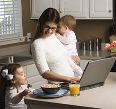 mae trabalhando na cozinha com filhos