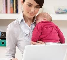 mae trabalhando em casa com bebê