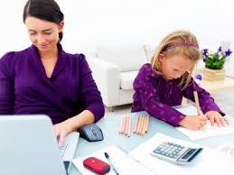 Mae trabalhando e filha desenhando